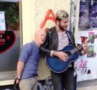 jimmy-sommerville-canta-com-musico-de-rua